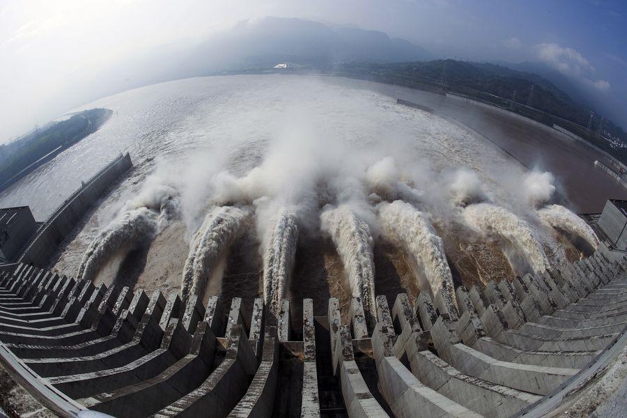 Đập Tam Hiệp (Trung Quốc) sản suất lượng điện đủ cung cấp cho 80 triệu hộ gia đình. Ảnh: Tân Hoa xã