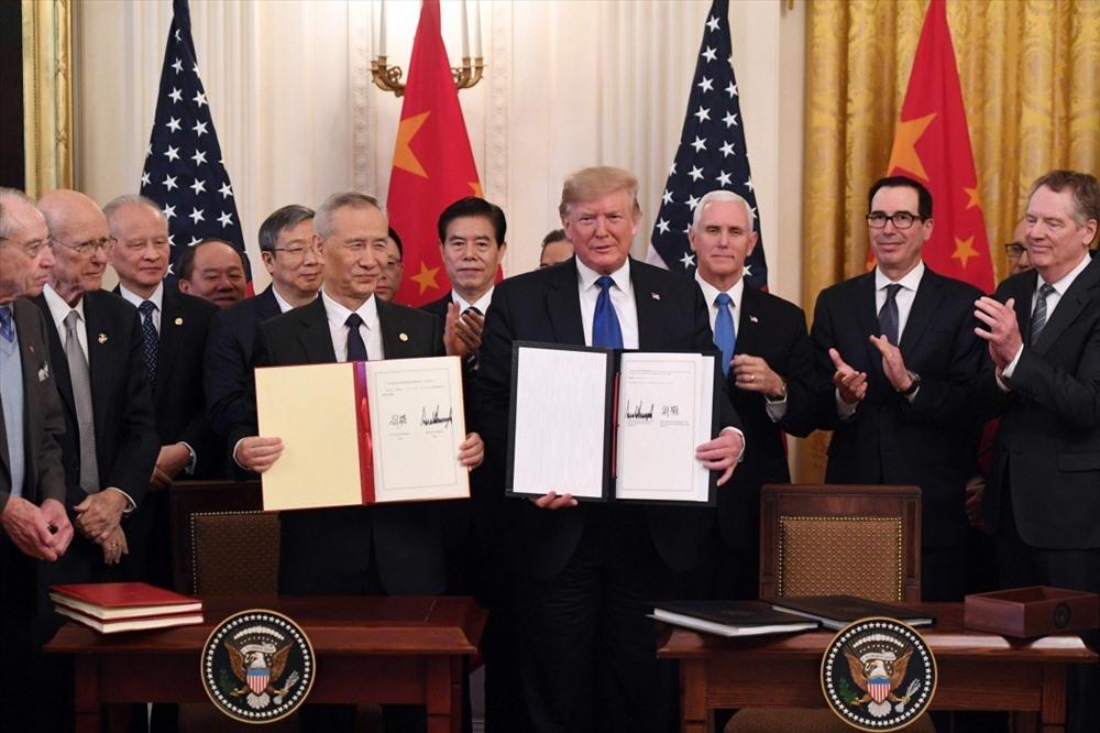 Tổng thống Donald Trump và Phó Thủ tướng Lưu Hạc ký thỏa thuận thương mại giai đoạn 1 ngày 15.1 tại Nhà Trắng. Ảnh: AFP