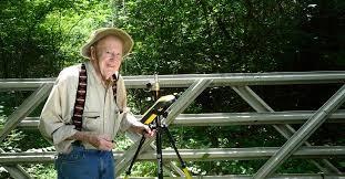 Ở tuổi 102, cụ ông Bob Vollmer vẫn miệt mài làm việc. Ảnh: Time.com