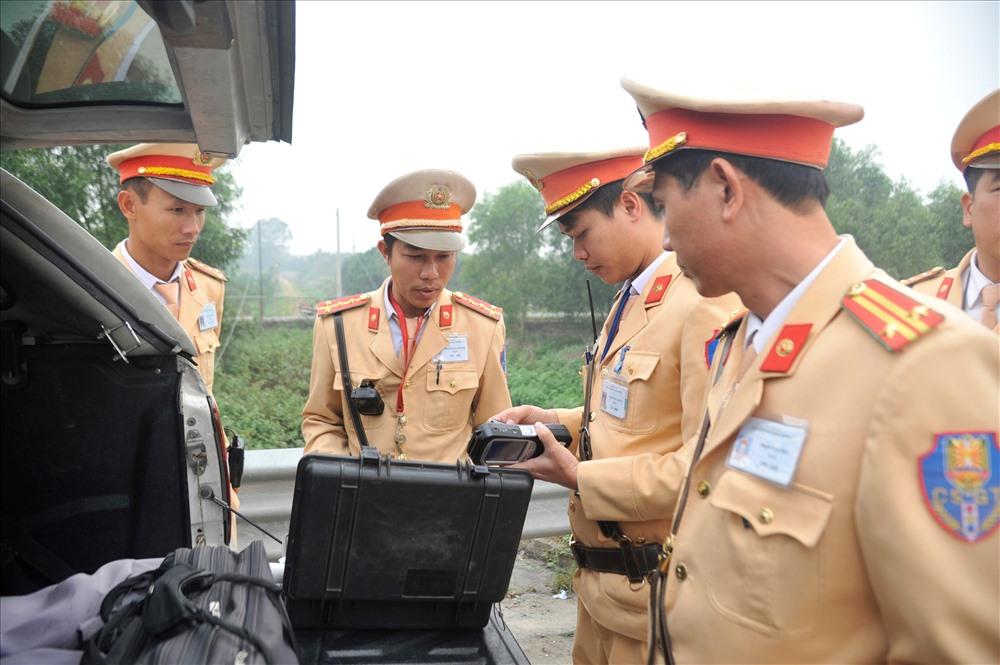 Lực lượng cảnh sát giao thông kiểm tra nồng độ cồn các tài xế vào cao tốc. Ảnh M.H