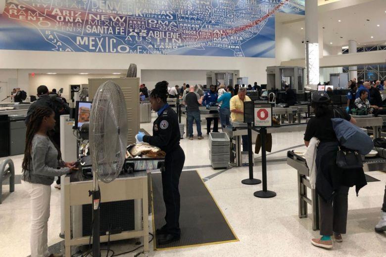 Hành khách kiểm tra hành lý tại một sân bay ở Mỹ. Ảnh: AFP.