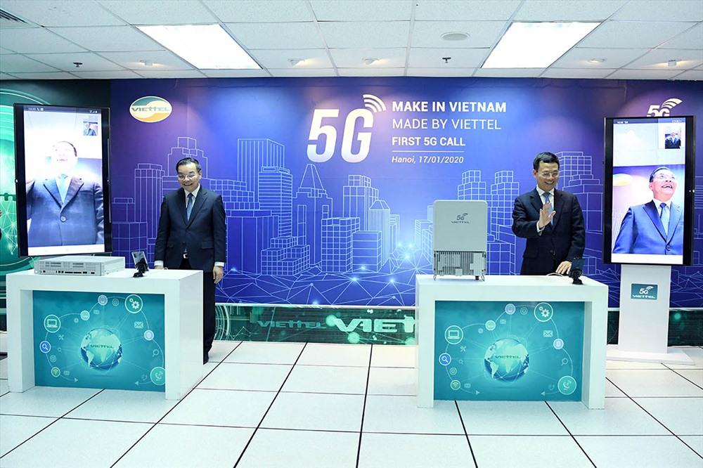 Bộ trưởng Nguyễn Mạnh Hùng và Bộ trưởng Chu Ngọc Anh thực hiện cuộc gọi 5G đầu tiên trên thiết bị do Viettel sản xuất. Ảnh: D.L.