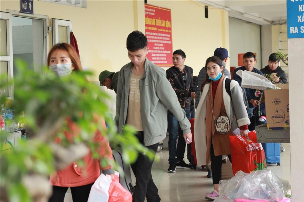 Người dân đang sinh sống và làm việc, học tập tại Hà Nội bắt đầu về quê nghỉ Tết Nguyên đán. Ảnh: Vương Đông