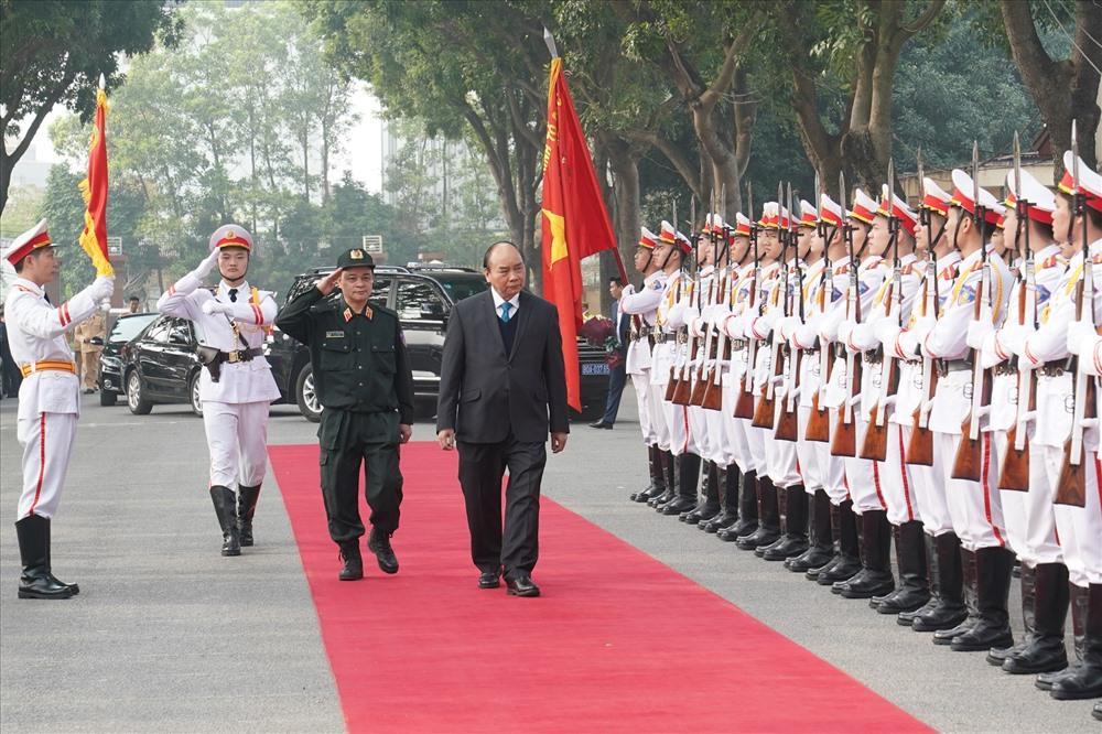 Thủ tướng Nguyễn Xuân Phúc duyệt đội danh dự. Ảnh: VGP/Quang Hiếu