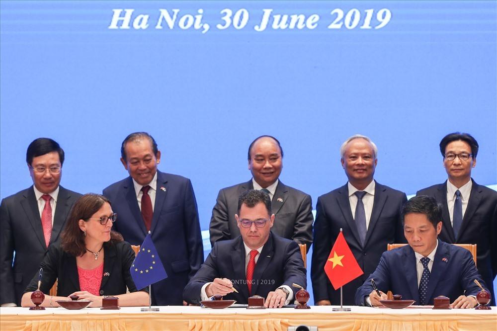 Bộ trưởng Bộ Công Thương Trần Tuấn Anh thay mặt Chính phủ Việt Nam ký kết hiệp định EVFTA. Ảnh: Sơn Tùng