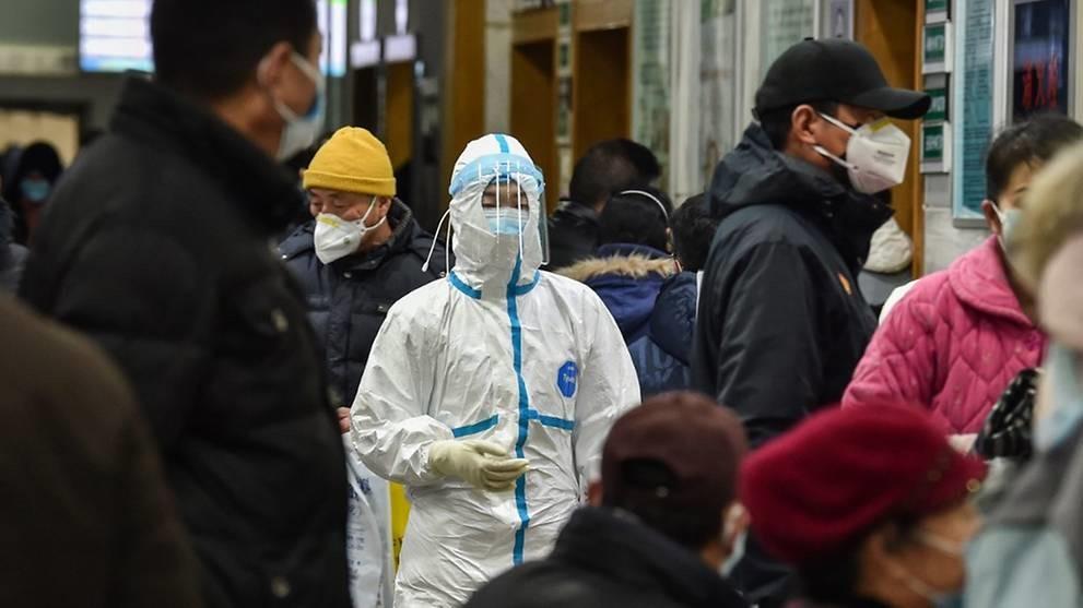 Một nhân viên y tế mặc trang phục bảo hộ tại bệnh viện ở Vũ Hán. Ảnh: AFP.