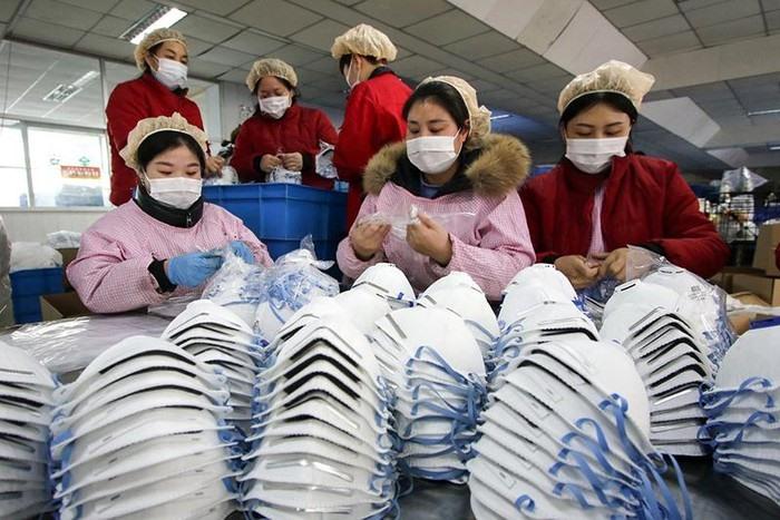 Các công nhân tại một nhà máy làm khẩu trang ở Handan, Trung Quốc. Ảnh: AFP.