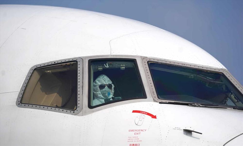 Một phi công đeo khẩu trang đỗ một chiếc máy bay tại khu vực dỡ hàng của sân bay quốc tế Vũ Hán trong bối cảnh dịch virus Corona bùng phát. Ảnh: Tân Hoa Xã.