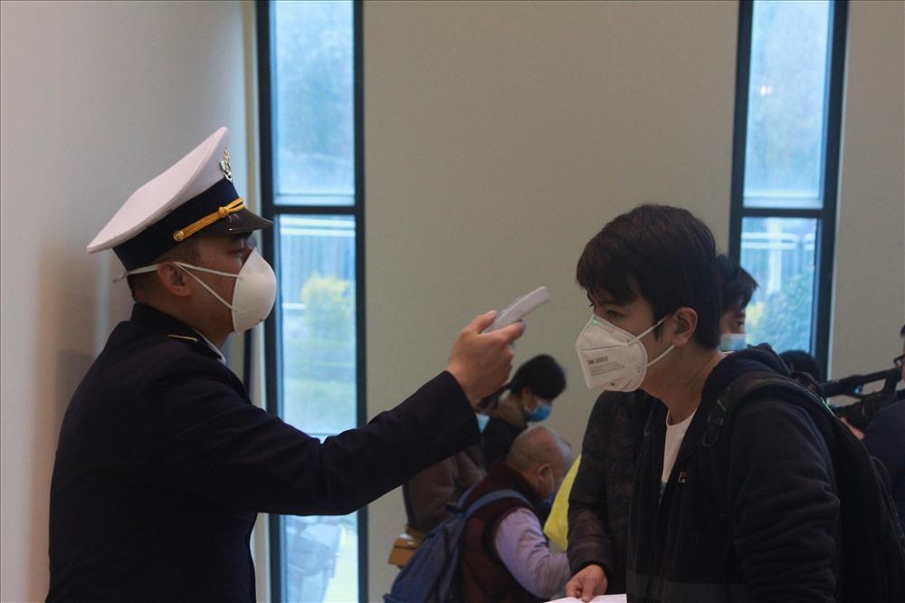 Cán bộ kiểm dịch y tế cửa khẩu Hữu Nghị (Lạng Sơn) kiểm tra thân nhiệt các du khách. Ảnh: Phạm Đông