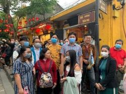 Phát miễn phí khẩu trang y tế cho du khách tham quan phố cổ Hội An