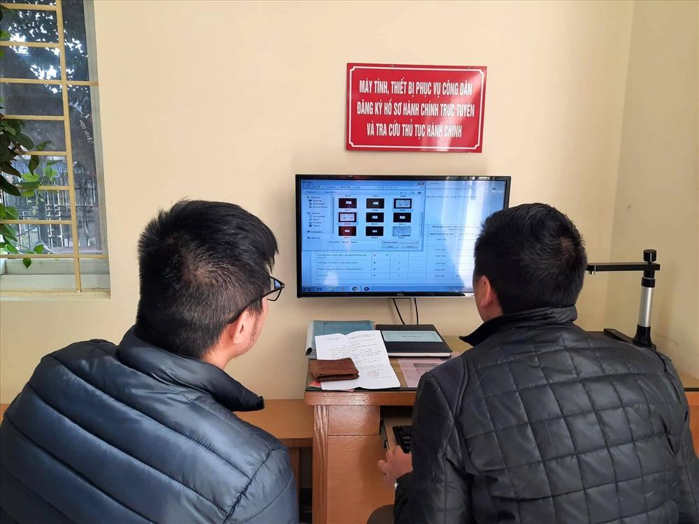 Người dân đến giải quyết thủ tục hành chính tại bộ phận một cửa của UBND phường Yên Hoà. Ảnh PV