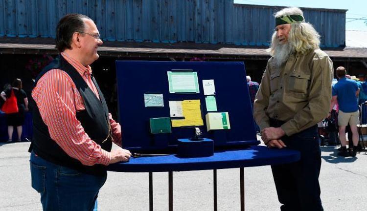 Ông David (đứng bên phải) cùng chuyên gia thẩm định Peter Planes (đứng bên trái) tại show truyền hình thực tế. Ảnh: CNN