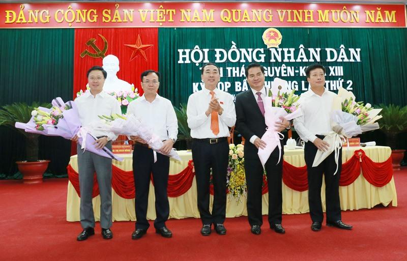 Ông Trần Quốc Tỏ, Bí thư Tỉnh ủy Thái Nguyên (giữa) tặng hoa chúc mừng ông Lê Quang Tiến (thứ hai từ bên phải) được bầu làm Phó chủ tịch UBND tỉnh và 3 ủy viên UBND tỉnh mới trúng cử