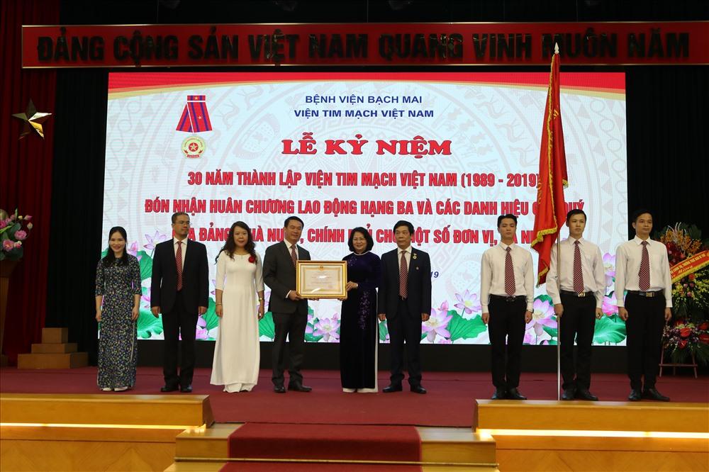 Phó chủ tịch Nước trao tặng Huân chương cho Viện Tim mạch quốc gia. Ảnh: PV