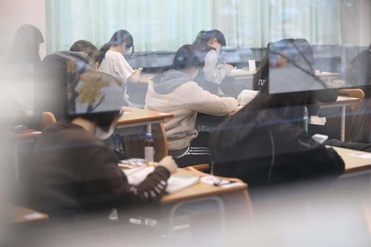 Các thí sinh ở điểm thi trường trung học Namsan, Daegu. Ảnh: Yonhap.