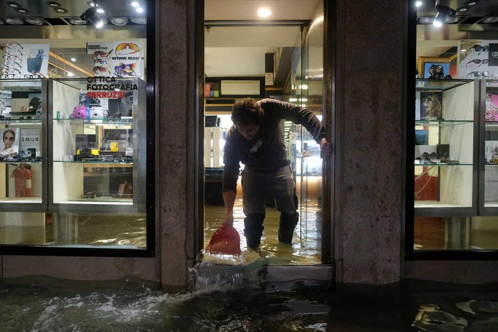 Nước tràn vào bên trong các tiệm cà phê, cửa hàng và nhà dân khi triều cường đạt đỉnh trong 50 năm ở Venice. Ảnh: The Guardian.