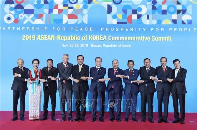 Thủ tướng Nguyễn Xuân Phúc, Tổng thống Hàn Quốc Moon Jae-in và các trưởng đoàn tham dự hội nghị chụp ảnh chung theo phong cách truyền thống của ASEAN. Ảnh: TTXVN