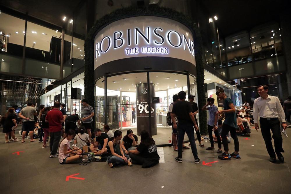 Nhiều người Singapore chờ bên ngoài cửa hàng Robinson The Heeren tới 24 tiếng trước Black Friday. Ảnh: ST