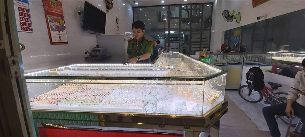 Tiệm vàng bị trộm do chủ mãi xem bóng đá U22 Việt Nam và U22 Indonesia Ảnh: CTV
