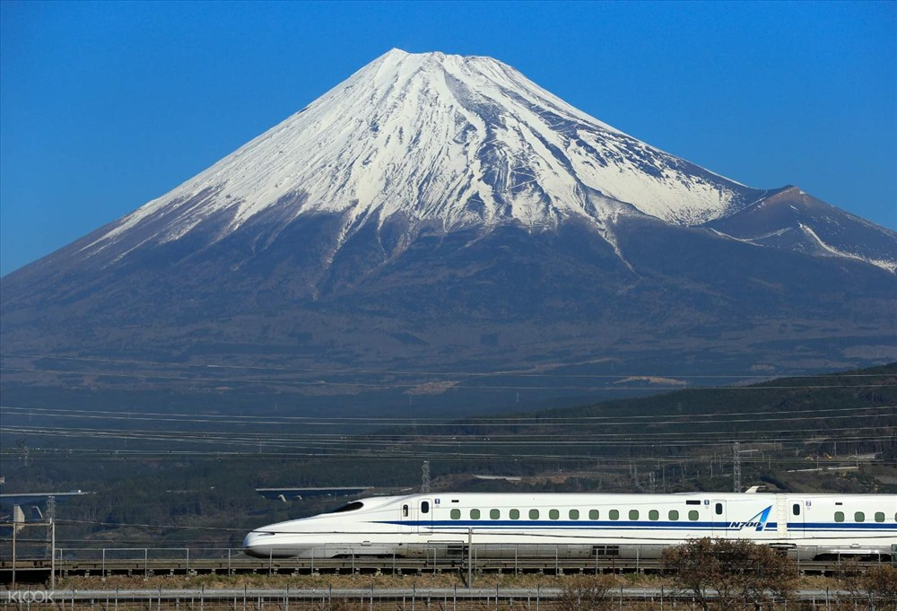 Một chuyến tàu Shinkansen đi qua núi Phú Sĩ. Ảnh: KLook.