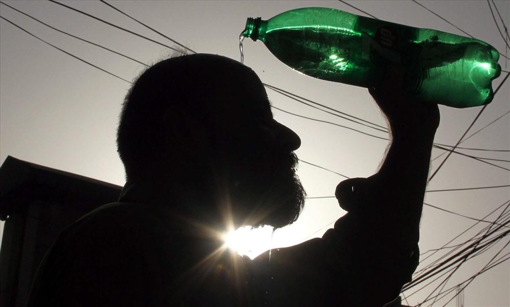 Jacobabad là một trong những thành phố nóng nhất thế giới, với nhiệt độ trong các tháng mùa hè thường xuyên ở ngưỡng 50 độ C.