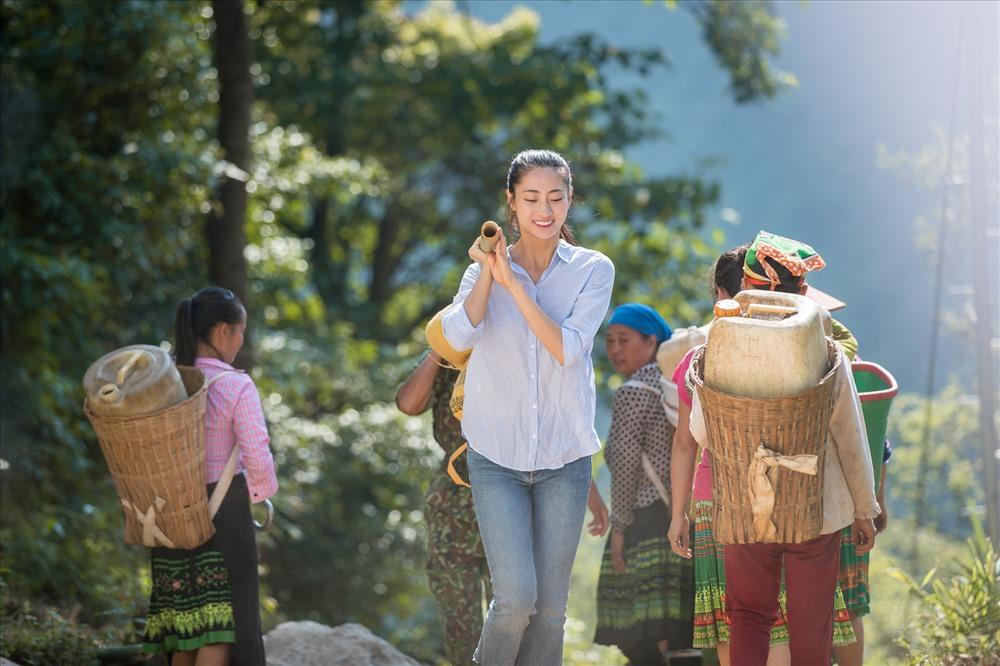 hoa hau luong thuy linh lot top 10 nguoi dep nhan ai miss world 2019