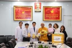 Hòa thượng Thích Huệ Đăng tặng sâm Ngọc Linh tại các bệnh viện