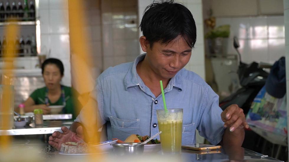 Trung niên Sài Gòn 'mê ăn vặt' ở nước mía Sương Nguyệt Anh gần nửa thế kỷ