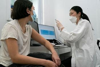 Vaccine Moderna hiệu quả 90% trong sáu tháng