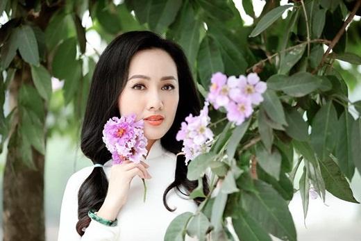 btv hoai anh dien ao dai trang tinh khoi duoc vi nhu nu sinh o tuoi 40
