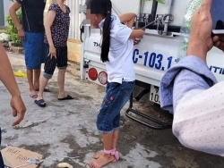Bé gái bị mẹ dùng dây trói vào thùng xe tải vì nghi trộm tiền: Cơ quan chức năng vào cuộc