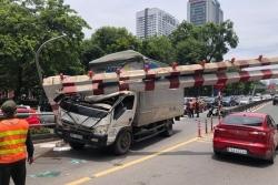 Xe tải húc đổ thanh chắn cầu vượt Thái Hà, tài xế khai do buồn ngủ