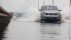 Thuỷ điện Hoà Bình xả lũ, đường ngoại thành Hà Nội ngập hơn nửa mét nước