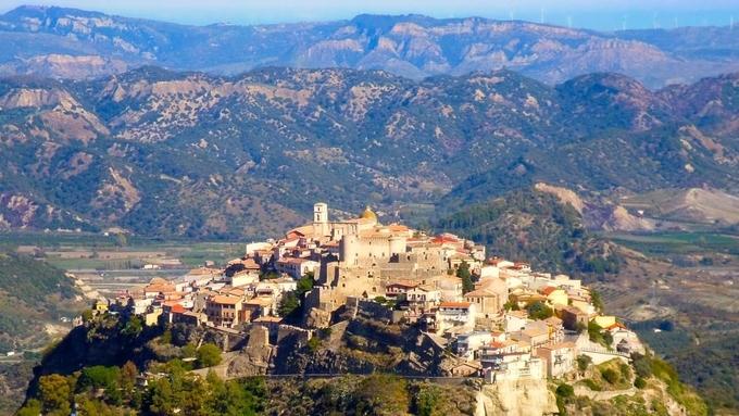 """Nhiều ngôi làng ở Italy trả tiền để """"tuyển"""" người đến sống"""