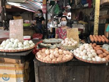 Thị trường ngày 26-7: Hàng hóa đầy ắp, người mua thưa vắng