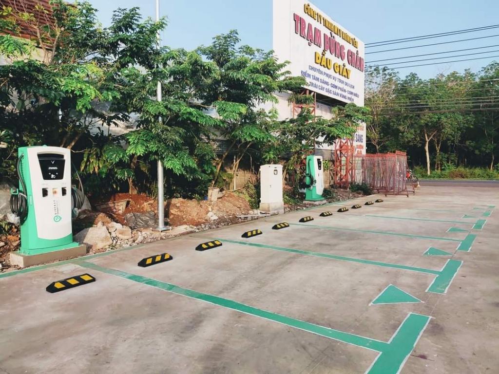Khu vực sạc xe ô tô điện VinFast tại trạm dừng chân Dầu Giây (Đồng Nai).