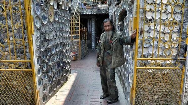 Dành 25 năm trang trí nhà với gần 10.000 bát đĩa cổ, người đàn ông Việt Nam lên báo nước ngoài - Ảnh 1