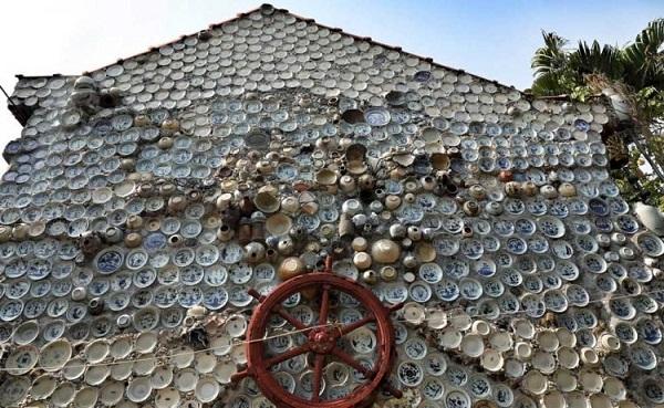 Dành 25 năm trang trí nhà với gần 10.000 bát đĩa cổ, người đàn ông Việt Nam lên báo nước ngoài - Ảnh 2