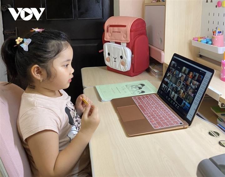 Phụ huynh lớp 1 lo con chưa biết đọc, biết viết đã phải học online - 1