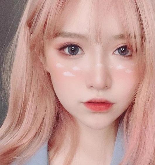 Hotgirl Trung Quốc triệu follow xinh như búp bê bất cẩn lộ nhan sắc thật khiến dân tình vỡ mộng - Ảnh 1