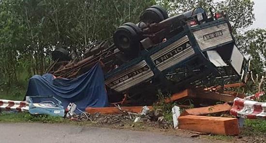 Quảng Ngãi: Xe tải chở gỗ bị lật, 2 vợ chồng tử vong trong cabin