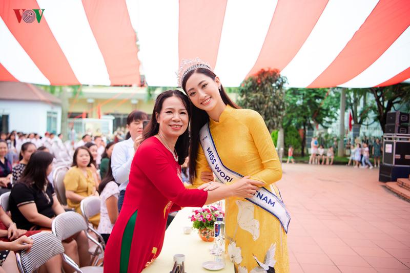 luong thuy linh dien ao dai nen na gay nao loan khi ve tham truong cu