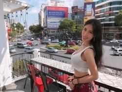 hot girl dai loan bi chi trich vi dien bikini trong cong vien nuoc viet nam