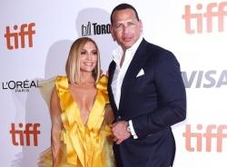 Jennifer Lopez và hôn phu mời tình cũ dự cưới