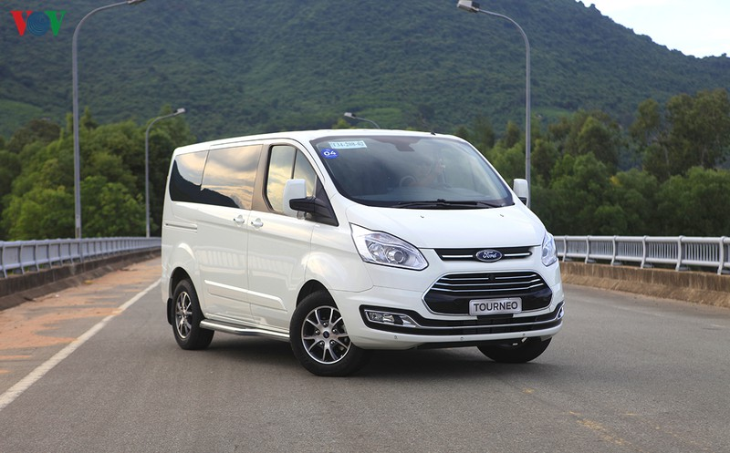 hinh anh chi tiet ford tourneo gia hon 1 ty dong