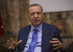 erdogan nem thu cua trump vao thung rac