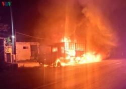 Xe tải bốc cháy dữ dội khi đang lưu thông trên Quốc lộ 1A