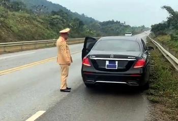 Tài xế xe Mercedes che biển số trên cao tốc