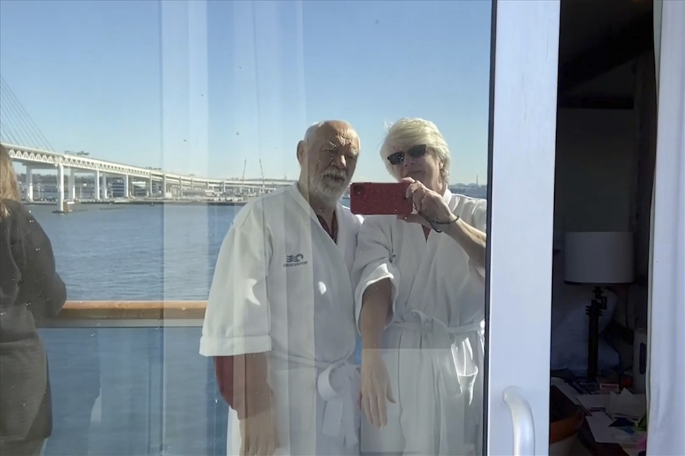 """Valentine """"đáng quên"""" trên du thuyền bị cách ly vì COVID-19 ở Nhật"""