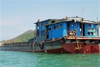 Tàu hàng không người trôi dạt trên biển